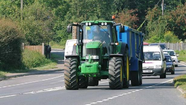 tractor-pe-drumuri-publice-1.jpg